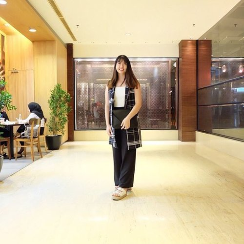 My favourite spot a.k.a restaurant, @sushiteiindonesia. Going here almost every week with my family, because of their nice ambience and foods, this photo was taken at @plaza_indonesia during 2016 Fashion Week. Took a few pictures to show my #ootd #PI26 #favouritespot   📷: @aliciaatheng . . . . @clozetteid #clozetteid #clozettemobileapp