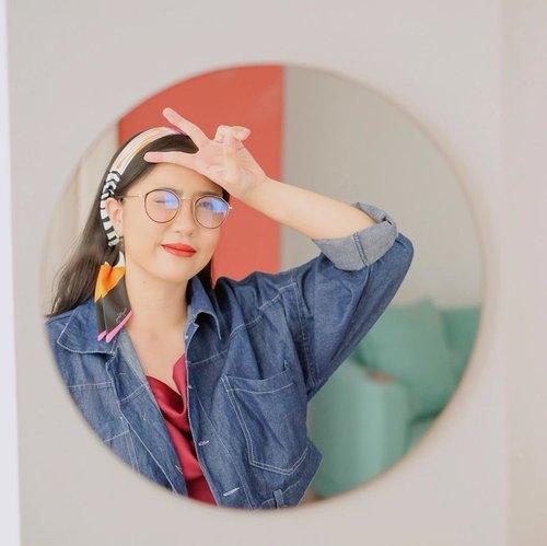Peace out✌🏻 Post kedua minggu ini dengan gaya peace kwkwkw, kayaknya gaya andalan yak🤣 | Korean Glasses from @eyewear.inc | Twilly/Scarf from @hannyhoney_inc ❤️. . . #clozetteid