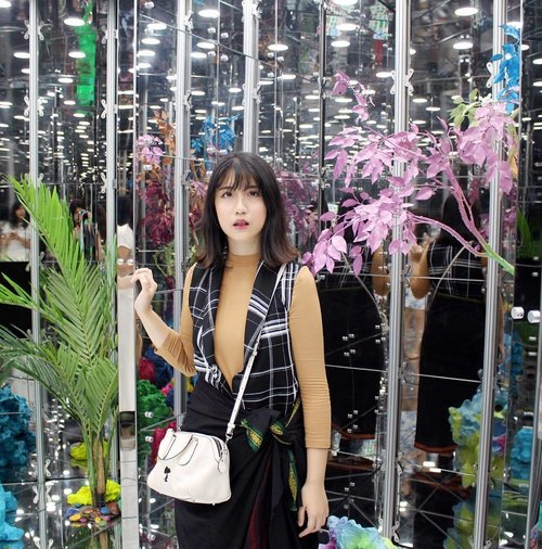 Trap inside the kaleidoscope thingy. Worth the visit🌷🌹 . . . . #clozetteid #clozetteambassador #clozettemobileapp #clozetteco @clozetteid @clozetteco #singapore #singaporean #singaporebiennale #kaleidoscope #kaleidoscopeglasses