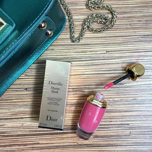 [REVIEW] New lip things on hand💄 Buy this because this is @diormakeup limited edition of Diorific Matte Fluid. Turns out the colour is really sheer, not really pigmented and not matte at all, more into moist your lips, because when I used it, I feels nothing on my lips. Maybe if I buy another colour like Red for example, I can use it as a tint. Too bad. At least I like the moist texture on your LIPS + it's so gorgeous when u apply it pn your CHEEKS. And yes, it's LIPS & CHEEKS velvet colour. Score:  LIPS 6/10 CHEEKS 9/10 #deahamdanreview . . . . . #clozetteid #clozetteambassador #clozettemobileapp #clozetteco #clozetteindo #clozettsg #clozetteph #clozette @clozetteid @clozetteco #instasg #instasingapore #instamakeup #lipmatte #liquidlipstick #matte #dior #diormakeup #diorific