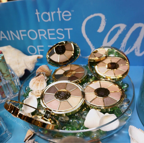 I'm such mermaiddict!! Look at thatttt soon to come @tartecosmetics rainforest of the sea from yesterday @sephorasg #sephorapressday2017 . They will come with palette, eye patch, lipstick, mermaid lipstick case and many moreee 😱❤️🐳🐠🐬🐟 I really want to try all!! ☹️ I can't wait! . . . #clozetteid #sephorasg #sephoraidn #sephorabeautyinfluencer #sephoraidnbeautyinfluencer #trendmoods #trendmood #trendmood1 #makeup #tarte #tartecosmetics @trendmood1 @tartecosmetics