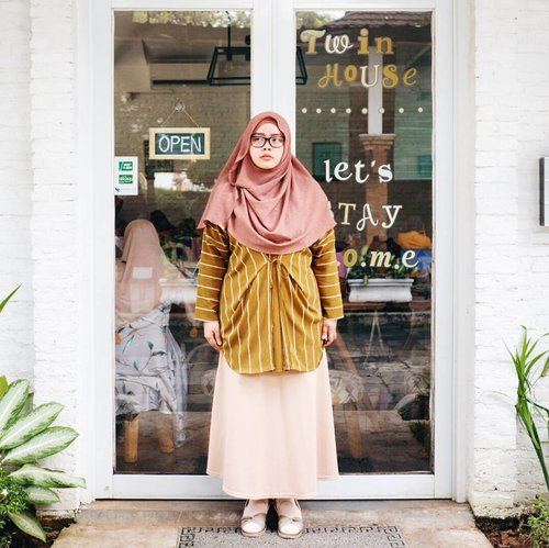 Earthy-tone mood 🌾🍂🍃 Scarf: @mysummerblossom Top: @uniqlo for #uniqloxhanatajima  Shoes: @happyhoppyid  #tapfordetails #fashionmodesty #hijabfashion #hijabootdindo #ootd #ootdindo #lookbookindonesia #lookbook #chestcoveringhijab #hijabinspiration #outfitideas #ClozetteID