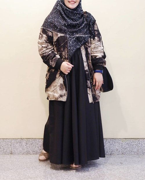 When you almost forgot how to pose for ootd. #WardahSinarPijar #WardahForMuffest2018#tapfordetails #fashionmodesty #hijabfashion #hijabootdindo #ootd #ootdindo #lookbookindonesia #lookbook #chestcoveringhijab #hijabinspiration #outfitideas #ClozetteID