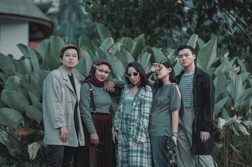 DO YOU BELIEVE THAT, BY TAKING YOUR TIME TO HANGOUT WITH YOUR FRIENDS CAN REDUCE THE STRESS? •what do you think? Kalau menurut kalian apa sih yang bisa bikin kalian hilang dari stress?––By the way, I miss you guys so bad :( #throwbackshot ••••#capsulewardrobe #menfashionpros #menfashionsclub #outfitposts #menaboutfashion #worldwidebloggerstyle #asianmenstyle #urbanfitters #retrostyle #urbanretro #clozetteid #theshonet #menfashioner #indofashionpeople #menswearguide #menswearblogger #menweardaily
