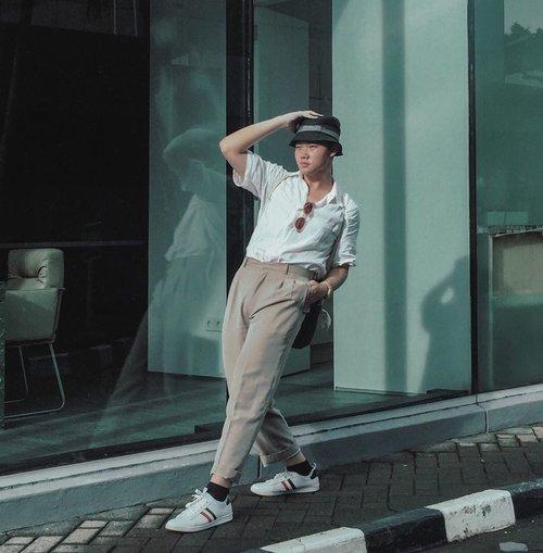 MUSTHAVE BASIC ITEMS YOU SHOULD HAVE: WHITE SNEAKERS AND WHITE SHIRT. WHO's AGREE?#throwbackshoot • Suka banget yang namanya baju berkerah putih dan juga sneakers putih. Kayak cocok aja gitu dikombinasi pake celana dan kaos kaki warna apapun. But, walaupun demikian, aku lebih prefer kombinasiinnya pake warna neutral. –– Kalau kalian, gimana? • • • • #lookbooker #lookbookindo #indofashionpeople #stylefitters #outfitposts #mystylediary #menweardaily #menwithstreetstyle #clozetteid #theshonet #menaboutfashion #mensfashionbloggers #menfashionmagazine #stylemens