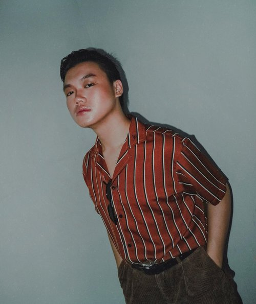 TODAY'S REMINDER: YOU AND I ARE 10/10. FEATURING NATURAL GLOW MAKEUP BY: @storyofsand • Is this shot vintage? Hahahah by the way, Friday is a mood for self-love, bahkan setiap hari buat aku itu adalah self-love. –– Stripes shirt from @vacio.id • • • • #mensfashionstyle #lookbookindo #indofashionpeople #stylefitters #outfitposts #mystylediary #mentrend #menwithstreetstyle #clozetteid #theshonet #menaboutfashion #mensfashionbloggers #menfashionmagazine #stylemens