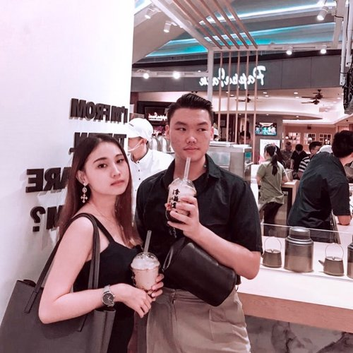 """NGANTRINYA GILA GILAAN""•–Happy Sunday featuring this photo yang ngingetin aku sama brown sugar boba drinknya @xingfutang_indonesia . Sumpah dah seenak itu guys gak boong. Buat kalian yang penasaran, yuk busa langsung dateng ke @yourlippomallpuri , taste the happiness ❤️–(CHECK OUT MY NEW IGTV VIDEO FOR XING FU TANG'S HIGHLIGHT)......#xingfutangid #happypeople #throwbackmoment #authentic #bobadrink #jktfoodbang #foodrangers #lippomallpuri #clozetteid #theshonet"