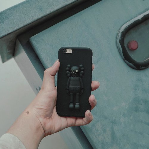 New phone case, how cute? 💘 – To be honest, It's kind of hard for me to find a cool pop-up phone case. Been looking everywhere from store to store, and haven't find one. But luckily, @jlee.corner , has it all. So, I picked this one as my phone case. #kawsone #phonecaseoftheday • • • #handsinframes #handsinframeindonesia #kawscaseiphone #kawsforsale #blackmood #menstyledaily #styleofficial #handspinnersofinstagram #stylesetter #setterofinstagram #igflatlays #mensfashiontrends #clozetteid #theshonet