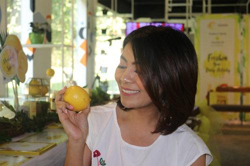 One of my fav fruit , Lemon 💛Aku suka buat infused water atau aku buat lemon shot pagi pagi sebelum sarapan. Kandungan vitamin C yang kaya plus vitamin B1 pastinya bisa bikin pencernaan lancar, detoks buat tubuh , dan juga menghambat pertumbuhan sel tumor & kanker. Apa kalian suka minum lemon juga tiap pagi ? #behealthywithmelgib #clozetteid #lemon #fruit #detoks #healthylife