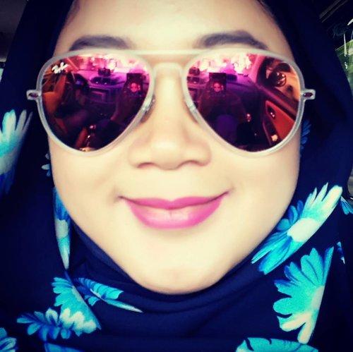 Almost Famous. 😎 . .  Tetiba inget posternya film itu. Walau beda jauh yeee sama Kate Hudson, hahahaha. 😂😂 . .  #clozetteid #movieposter #starclozetter #clozettehijab #almostfamous #selfie #sunglasses #rayban #aviator #sunnies #hijabstyle #hijablookbook #hijabfashion #hotd