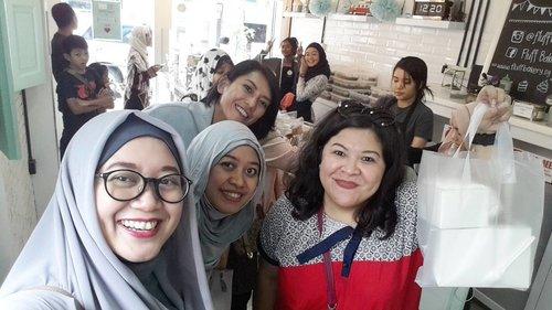 We're so happy to be here at @fluffbakery I wish it's nearer. 😂😂 #clozetteid #clozettehijab #cupcake #sweettreats #bmivisitsingapore #vacation #holiday #travelinstyle #traveling #starclozetter #travelblogger