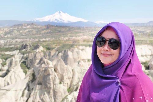 Ternyata begini rasanya lihat gunung bersalju dari kejauhan, kecil dan seperti tumpukan awan aja. Seperti lihat kekurangan diri sendiri, kayaknya jauuuh ngga kelihatan, kecil banget. Padahal diri ini banyak banget salah, ngga kehitung, sampai numpuk dan jadi ngga terlihat semacam melihat gunung di kejauhan. Astaghfirullah. 😥..#selfreminder #clozetteid #throwback #wheninturkey #hijabtraveller #travel #terfujilah #fujifilm #fujifilmxt1 #xt1 #sunglasses