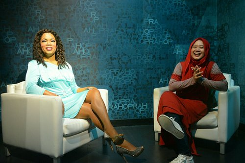 Talking with Oprah at Trick Eye Museum. #clozetteid #clozettehijab #travelling #travelinstyle #ootd #starclozetter