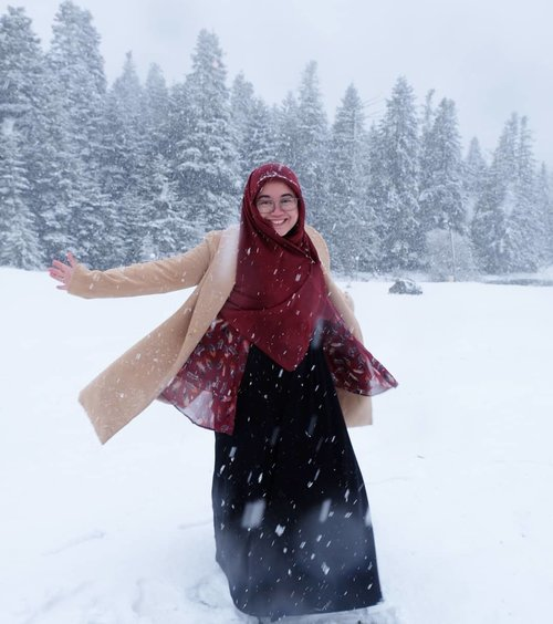 Take me there where the white and cold are as beautiful as summer. 💙.#clozetteid #starclozetter #throwbackthursday #wheninturkey #turkey #turkey_home #snow #snowday #wintercoat #ootd #wiwt #hotd #hijabstyle #terfujilah #fujifilmxt1 #fujifilm_id