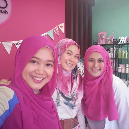 Love the color tone. Me time with my beloved tetangga. Hihi.. 😍😍😍😍 #clozetteid #metimewithmoz5  #beauteatime #moz5salonmuslimah #clozetteid #beauty #metime #salon #moayu_id #clozettehijab #starclozetter