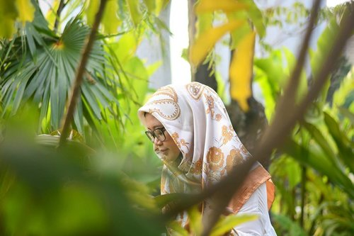 Into the green. 🌿🌱🍀 📷 @andiyaniachmad #clozetteid #starclozetter #clozettehijab #nikond5200