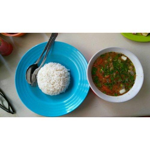 Finally a proper and tasty lunch! Empal asem Amarta asli Cirebon. Di sebelah ada empal gentong H. Apud yang akan jadi tempat makan siang Pak Jokowi. Aku prefer Amarta karena dari dulu enak dan pasti klo makan bareng pak presiden mah ya diusir-usir sama protokoler lah yaaaa.. hahaha. 😂😂 #clozetteid #starclozetter #empalasem #lunch #onduty #kulinercirebon #emalgentongamarta