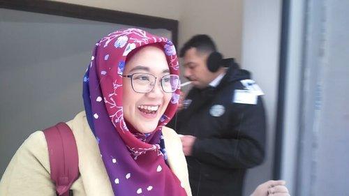 Ekspresi pertama kali melihat salju. Akamsi norak, hahahaha. 😂😂😂.#clozetteid #snow #letitsnow #uludag #turkey #hijabtraveller #ootd #wiwt cc @turkey_home #wintercoat #longcoat #instahijab