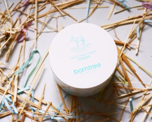 Borntree Gold Milk Steam Cream @borntree_korea is made of milk as the main ingredient  which are goat milk and donkey milk. 🥛 It also contains horse fat and shea butter that we know, they're good for deep and long moisturizing effect on the skin.  This product has such a big amount of product for a moisturizer which is 200g with creamy texture. Even though it's creamy, but its easy to blend and feel lightweight on the skin. It also has the smell of milk candy. every time I use it, I really want to lick it because it smells like that 😆  I've been using it for a couple of weeks, and I could say, this is really good for you, who have dry skin and want your moisturizer have long lasting moist effect. 💰Price : 242k Where to buy? https://hicharis.net/elyayaa/ ( dirent link on my bio) . . . @hicharis_official @charis_celeb @borntree_polska  #goldmilksteamcream #charisceleb #koreanskincare #kbeauty #abcommunity #skincareblogger #idskincarecommunity #ellskincaregame #hicharis #borntree #skincarereview #clozetteid #bloggerceriaid #instabeauty #asianskincare