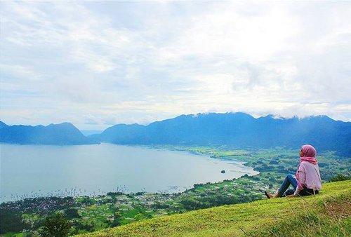Menikmati keindahan Danau Maninjau dari atas Puncak Lawang, Sumatra Barat 😊.#clozetteid #clozetteambasaador #nonahikaru #exploreminang #exploresumbar #explorepulaumandeh #travelblogger #travelling #travel #blogger #instagram #instalike #vsco #vscocamera #vsconature #exploreindonesia #instatravel #rancakbana #vscocamgram #vscolike #travellife #travelgram #travel #traveler #yicam #yicamera #xiaomiyi #xiaomiyi_id #hijabtraveller #puncaklawang #danaumaninjau