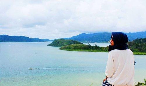 Menatap dia calon imamku 😊.Lokasi : Puncak Mandeh, Sumatra Barat.#clozetteid #clozetteambasaador #nonahikaru #exploreminang #exploresumbar #explorepulaumandeh #travelblogger #travelling #travel #blogger #instagram #instalike #vsco #vscocamera #vsconature #exploreindonesia #instatravel #rancakbana #bolangadventure #vscocamgram #vscolike #travellife #travelgram #travel #traveler #yicam #yicamera #xiaomiyi #xiaomiyi_id #hijabtraveller #puncakmandeh