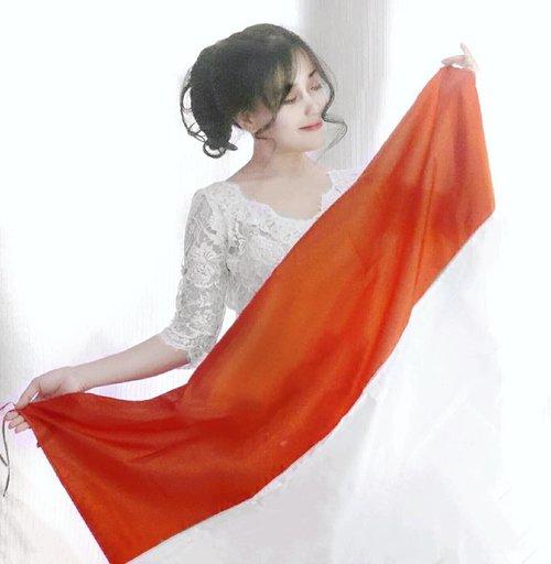 INDEPENDENCE.🇮🇩 Memilih untuk merdeka dan merdeka untuk memilih.💪 . #Dirgahayu73 Republik Indonesia 🇮🇩🇮🇩 17 Agustus 2018 🇮🇩🇮🇩 Selamat Ulang Tahun, Indonesia🇮🇩 Selamat Hari Kemerdekaan.🇮🇩 Sekali merdeka, tetap merdeka!💪 . Semoga merdeka adalah state of mind, jadi masing-masing bisa memilih untuk merdeka. Merdeka untuk memilih kamu dan merdeka untuk memilihku, misalnya~ Merdeka untuk menyatakan sayang, dan merdeka untuk menyatakan rindu... misalnya.🤣🤣 Yang penting, jangan terbebani, baik untuk negara, maupun pribadi. Cukup lakukan yang terbaik yang kita bisa.😉 . Red and white in your blood~🇮🇩 MERDEKA!💪 #happyindependenceday #independenceday #harimerdeka #17Agustus #clozetteid #flag #Indonesia