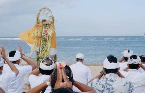 One God, One Nation. Satu Tuhan, Satu Indonesia.1. Ketuhanan Yang Maha Esa, 3. Persatuan Indonesia..Semoga masih selalu ada :).Kebetulan pas nonton fun beach games @sanurfestival di sebelahnya ada sembahyangan. Jadi motret dua-duanya 😬.Mungkin bisa belajar fokus beribadah & saling menghargai & chill dari mereka :).#sanur #bali #Indonesia #wonderfulIndonesia #PesonaIndonesia #Pancasila #BhinnekaTunggalIka #UnityinDiversity #clozetteid #God #religion #Hindu #pray #photooftheday #pictureoftheday