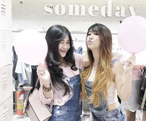 What a coincidence! We wear the similar outfit at the event 😂😂Sehati emang sesama preman #Clozetteambassadors nih 😂👭 😍😘Hey, I write a new blog post about the event:Koleksi Stylish & Affordable di Grand Opening SOMEDAY Store http://bit.ly/2kGAmmXOr click link on my bio 😉#friend #besties #girls #pink #peach #somedaystore #mallciputra #citraland #someday #cute #collections #shop #life #fashion #lifestyle #shopping #ootd #sotd #dustypink #shirt #white #overall #denim #girlstuff #outfit #clozetteambassador #clozetteid