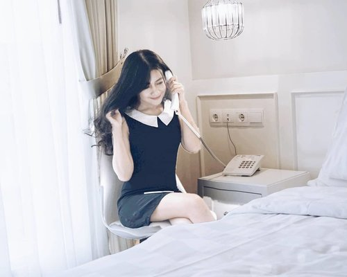 """Hey, Justin.."" - Selena Gomez. Aku rindu Selena, seperti aku rindu kamu, tapi cuman bisa bilang rindu ke timeline, takut ditolak :( . Sejak Justin nikah, Selena jarang ada di timeline. She's one of my girl crush anw.  Sekalinya ada, cuman buat iklan, macem blogger buzzer, yang feed-nya cuman isi iklan doank, nggak kasih hiburan :( . #selenagomez #phone #girl #girlcrush #monochrome #blackandwhite #minidress #ootd #clozetteid"