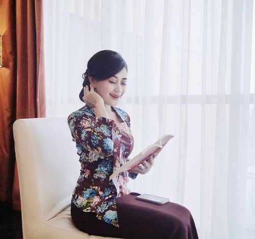 Aku bisa karena membaca. Aku ada karena menulis📚📖✒😉Kalau ditanya pengalaman kanak-kanak yang paling berharga, jawabannya: punya banyak koleksi buku, banyak membaca, hingga mengelola bisnis perpustaskaan bareng kakak, pas #jamanSD 😊Iya, sudah bikin pembukuan sendiri.Buku-buku itu hadiah terbaik dari bokap yang juga suka baca. Selain memang satu-satunya hadiah😂😂Dari banyak membaca, jadi terinspirasi menulis banyak hal di blog dan bikin novel.😍Berjuang seperti Kartini, hanya saja lebih banyak melalui digital. #Kartinimodern 😊.Kalau ditanya, dari mana segala ilmu hingga bisa jadi pembicara atau public relations dan semacamnya?Jawabannya bukan karena sekolah S2.Dulu S1 jurusan akuntansi, karena nyokap tidak tertarik dengan Komunikasi, maklum segalanya ditentukan nyokap😛, jadinya pasrah ikut keinginan beliau. Tapi tidak patah semangat buat kejar cita-cita di dunia public relations.Akhirnya buat ngejar ketertinggalan, ya banyak membaca dari buku dan internet. Sampai akhirnya bisa sekolah S2 Komunikasi untuk legalitasnya.😂😂Bukan berarti Sekolah S2 tidak membantu. Sekolah pasca sarjana bantu kita mengubah cara pandang, cara berpikir, tambah kepercayaan diri..untuk berdebat.😄 Tapi membaca selalu membantu meraih segalanya.So, selamat Hari Buku Sedunia.📖📚🤗Mari banyak membaca biar lebih pintar, biar tidak mudah terprovokasi. Biar tidak malu.😜#read #reading #writing #book #worldbookday #bookday #buku #haribukusedunia #kartini #hariKartini #perempuan #perempuanIndonesia #lady #woman #girl #smile #beauty #kebaya #floralkebaya #kebayabunga #kutubaru #kebayaJawa #photooftheday #pictureoftheday #ootd #sotd #clozetteid #clozetteambassador