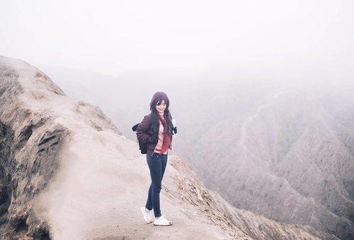 """Ga sampai kawahnya, kak?"" (IG question). Lha, ini kan di atas kawah Bromo~ . Waktu itu kabut datang dan pergi. Feezing! Tapi untung cepet turun gunung, kalo nggak, mungkin terjebak kabut. . #kawahbromo #bromo #gunungbromo #tengger #gunung #mount #crater #bromocrater #nature #naturelovers #travel #traveling #traveler #traveling #clozetteid #mistymorning #kabut"
