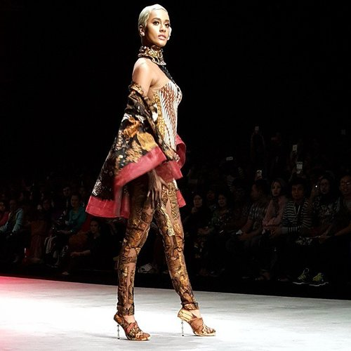 The stunning Kimmy Jayanti on 'Pasar Klewer Riwayatmoe Kini' by Anne Avantie <3 #IFW2015To honor traditional 'Pasar Klewer', the design's inspired by the fire on Klewer market (Solo, Dec 27th,2014). Most of the batik's combined from fabric patchwork in fire debris. Brown, red, and black colours represent the typical fire.#fashion #fashionweek #IndonesiaFashionWeek #AnneAvantie #fashiondesigner #KimmyJayanti #model #kebaya #batik #traditional #heritage #Indonesia #Solo #PasarKlewer #clozetteid @clozetteid
