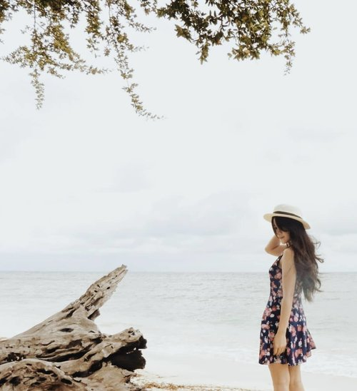 Can we meet? Somewhere. Only. We. Know. #photooftheday #pictureoftheday #beach #girl #floraldress #somewhereonlyweknow #canwemeet #meeting #clozetteid