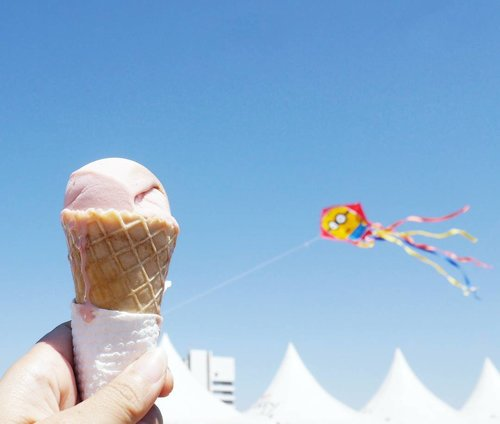 Don't look for love. Look for ice cream.🍦😋 and love will follow😉 From Surabaya Internasional Kite Festival 2017 #icecream #love #surabayakitefestival2017 #surabayakitefestival #surabayainternationalkitefestival2017 #kitefestival #kite #bluesky #layanglayang #event #lifestyle #photooftheday #pictureoftheday #surabaya #wonderfulIndonesia #pesonaIndonesia #travel #traveling #traveler #clozetteid