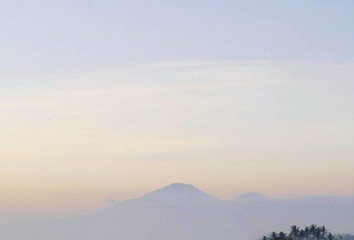 Bali is beauty. Beauty can be cool and dangerous at the same time. And Bali is definitely...dangerously beautiful.😍 #sunset #badung #badungbali #silhouette #mountains #mount #Bali #dangerouslybeautiful #PesonaIndonesia #wonderfulIndonesia #exploreBali #sky #skyporn #nature #naturelovers #travel #traveling #traveler #photography #photooftheday #pictureoftheday #lifestyle #clozetteid