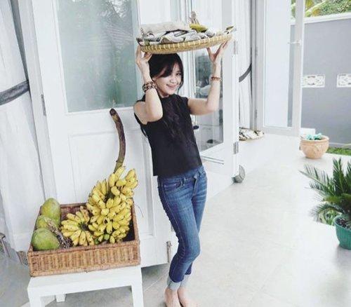 Mendoannya asli Purwokerto... pak bu...monggo diborong~ Buat biaya inyong di ibukota 🙏 Pepaya? Pisang?  Tapi jangan orangnya~👀 #tempe #mendoan #Purwokerto #buah #fruit #banana #papaya #girl #travel #traveler #traveling #travelling #traveller #life #PesonaIndonesia #fashion #lifestyle #ootd #sotd #blacktop #jeans #levy #levys #clozetteid #clozetteambassador