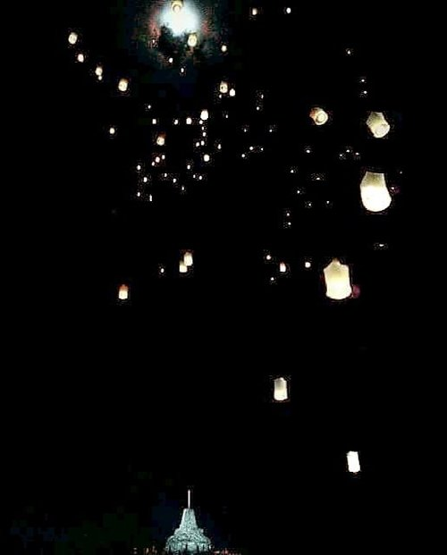 Happy Vesak Day 🙏 Wishing you peace and happiness 🙏 Selamat hari Waisak untuk teman-teman yang merayakan 🙏 From the Borobudur Vesak flying lanterns 2011 💕 *koleksi foto 2011, masih pake blackberry 😬 . #vesakday #vesak #waisak #selamatwaisak #celebrate #celebration #peace #happiness #joy #lifestyle #moment #photooftheday #pictureoftheday #travel #borobudur #temple #budha #wonderfulIndonesia #pesonaIndonesia #traveler #traveling #clozetteid #rapunzel #flyinglantern #lantern #lanternfestival #night #moon