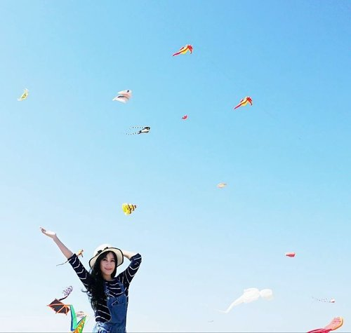 Fly, kite, fly~ Surabaya International Kite Festival 😍😍🙌 #surabayainternationalkitefestival2017 #surabayakitefestival #surabayakitefestival2017 #kite #kitefestival #sky #skyporn #bluesky #happy #happiness #girl #style #lifestyle #ootd #sotd #hat #surabaya #pesonaIndonesia #WonderfulIndonesia #travel #traveler #photooftheday #pictureoftheday #clozetteambassador #clozetteid #instanusantara #instanusantarasurabaya