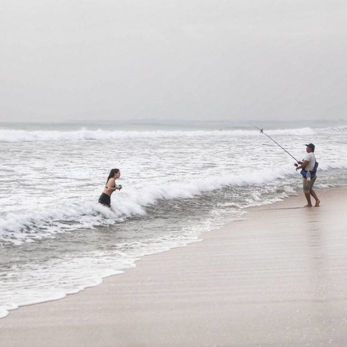 The true definition of 'mancing cewek' 😅😅 Try to catch the fish..but he gets more...he gets the girl!! 😂😂 Hey single boys out there...Ask him how!😅 #fishing #kuta #beach #Bali #Indonesia #girl #fisherman #funny #beach #humaninterest #photooftheday #pictureoftheday #photography #lifestyle #clozetteid