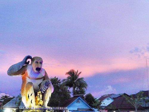 Banjarmasin sunset 😍with its city icon, Bekantan 😊 at Taman Maskot Bakantan (Bakantan Park) #sunset #bekantan #mascot #icon #city #Banjarmasin #KalimantanSelatan #Borneo #pesonaIndonesia #wonderfulIndonesia #explorebanjarmasin #POPBanjarmasin #maskot #lifestyle #traveling #traveler #travel #nature #naturelovers #clozetteid