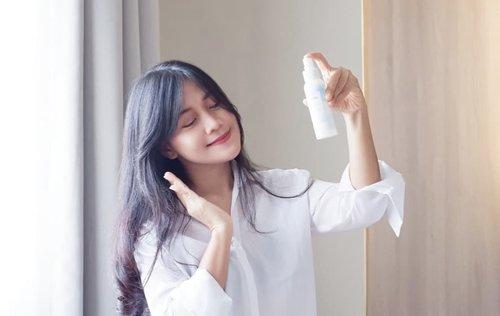 Kalo ada P3K versi beauty, ini buat Pertolongan Pertama Pada Kering dan Kusam!@raikubeauty Hydrating Mist ini semacam solusi pertama buat kulit wajah pas lagi kering dan kusam, biar mendadak jadi glowing, lembab, tampak lebih sehat, dan menyegarkan. .Face Mist ini bisa digunakan sebelum atau sesudah memakai make up semacam make up fixed. Sensasi lembabnya bener-bener nyerep ke kulit. Bener-bener hydrate.🖤Setting spray ini bikin wajah lebih glowing dan makeup jadi lebih tahan lama. Sukaaa🖤.Hasil bakal sempurna lagi kalau dilanjutkan pake essence-nya..Seminggu ini pake Water Essence-nya Raiku yang berukuran 30 ml dan ada pipetnya untuk keluarkan isi. Essence ini solusi buat pemilik kulit kering, yang suka beraktivitas dalam ruangan ber-AC. .Pertama kali coba, waktu kulit lagi kering banget tapi lusanya harus ke undangan. So, saya pakai essence ini buat melembabkan dan menghidrasi kulit. Eh, sukses, 2 hari kulit sudah balik lembab dan terlihat sehat, apalagi kalo di hari H dilengkapi dengan Raiku Mist, makin glowing.🖤.Tekstur essence ini berwarna bening, cair, nggak lengket, dan cepat menyerap.Raiku water essence ini mengandung 4 active ingredients: aloe vera untuk menenangkan kulit, wakame atau rumput laut untuk merevitalisasi sel-sel kulit mati, hyaluronic acid untuk menghidrasi kadar air pada kulit, dan glycerin untuk menjaga kelembaban kulit. Kalau pakai teratur, bakal bikin kulit makin lembut & kenyal.🖤Sayang banget tumpah setengahnya gara-gara kesenggol, jadi tinggal dikit banget. Padahal sesuka itu. 😭😭.So far, saya suka water essence dan face mist @raikubeauty cocok banget untuk kulit yang kadang mendadak kering & kusam.🖤#raiku #raikufacemist #raikuwateressence #raikueyeserum #clozetteid