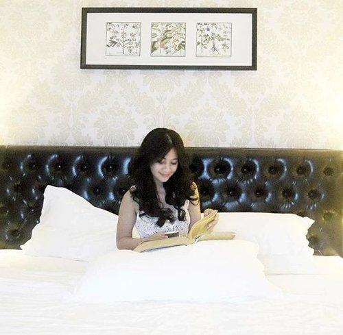 When reading you is better than reading that book 🤗 Lost focus 😎 #bed #bedroom #reading #book #read #gadget #bedroom #bedsheet #instagood #lifestyle #girl #gadget #smartphone #interiordesign #girls #beforeisleep #clozetteid
