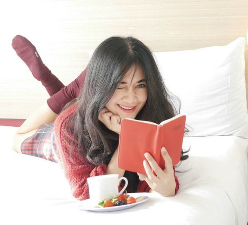 Imho, smile and laugh 😊😄of happiness is the best make up, the best accessories 😉#smile #laugh #makeup #accessories #happiness #bed #food #book #notebook #cup #cocholatecup #strawberry #lifestyle #fashion #ootd #sock #white #red #maroon #sweater #girl #sweetshirt #tartanskirt #lookbook #lookbookindonesia #clozetteid #clozetteambassador