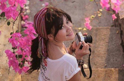 Life is like a camera 📷Click, continue, smile ☺ 📷by @griskagunara😘👍#smile #girl #camera #Flores #WonderfulIndonesia #PesonaIndonesia #scarf #hair #bandana #hairoftheday #flower #bougenville #pink #photography #shirt #whiteshirt #ootd #faceoftheday #traveller #traveling #travel #clozetteambassador #clozetteID @clozetteid