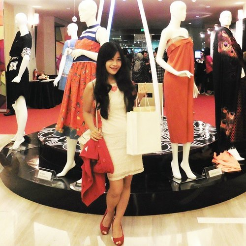 Attending the fashion week of Jakarta Fashion & Food Festival 2015 😊👠👗👰 #ootd #ootdindo #ootdmagazine #whitedress #redcoat #bag #fashion #fashionista #fashionweek #fashionshow #JFFF2015 #Gading #Jakarta #Indonesia #lookbookIndonesia #beritafashion #formaldaily #clozetteambassador #clozetteID @clozetteid #lifestyle