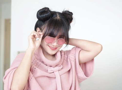 Oo..ku melihat cinta..di bola matanya~ I pinky you 😍 I'm so pinky today. Not my ordinary colour. 🤩 #ootd #sweater #photo #clozetteid #pink #pinky #sunglasses #love #photoshoot #fujinon #fujifilm #35mm #f14 #terfujilah #fujixseries #photography