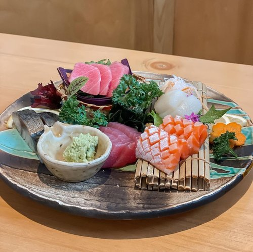 Sashimi platter さしみ by @furusatoizakaya always impressed by the quality of their fresh sashimi 🍣  So far their tuna cuts are the best 💯 not a fan of tuna except the one they serve. .....#stevieculinaryjournal #love #sushi #sashimi #exploretocreate #minimalist #style #shotoniphone #foodie #yum #clozetteid