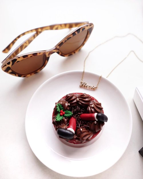 Take a bite of hope every time fear walks in, a piece of joy when anxiety kicks in, Lastly, walk away with hope and faith ! ❤️❤️❤️ wishing everyone a great day and Christmas eve with your loved ones. .......#clozetteid #cake #sweettooth #flatlay #shotbystevie #joy #christmas