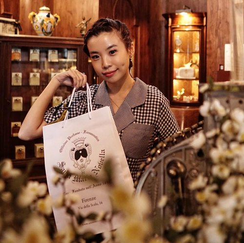 Paid a visit to @santamarianovellajakarta boutique store at @thegunawarman ❤️ The store feels so classic and rustic just in line with their long history and tradition behind their brand. This parfumerie is one of the oldest in the world started in 1612 in Italy 🇮🇹. Will share on my pick with you soon ! . . . #santamarianovella1612 #santamarianovellajakarta #style #collabwithstevie #whatiwore #steviewears #clozetteid #beauty #exploretocreate #dimple