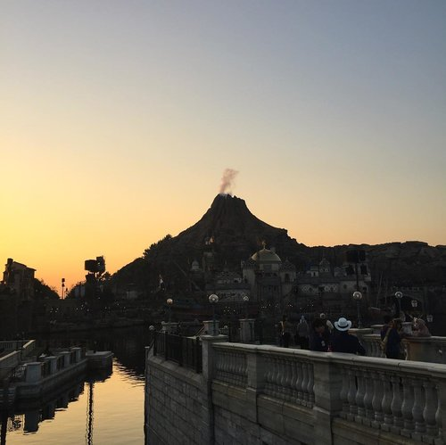 Came just in time for the golden hour ❤️ I personally feel it makes the ambience of the sea come to life even better 😉 Indeed the happiest place on earth where all dreams and fantasy come to life ! . . . . . . . . . #shotoniphone #shotbystevie #clozetteid #tokyo #disneysea #holiday #nofilter